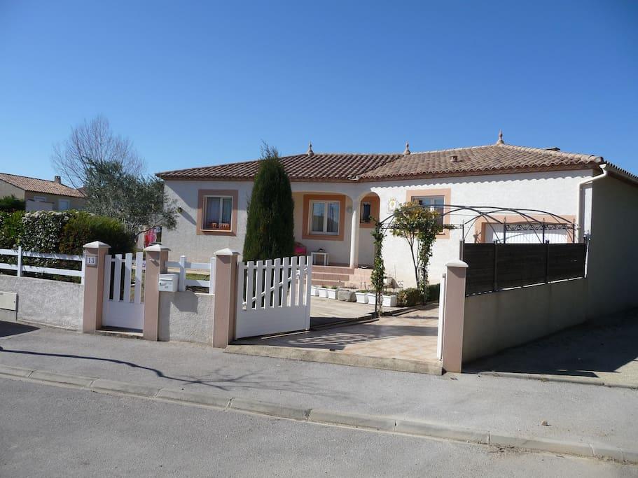 Villa avec piscine proche pezenas maisons louer caux for Piscine pezenas