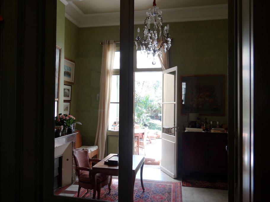 La vue depuis le hall, du salon communiquant vers la cuisine et le jardin