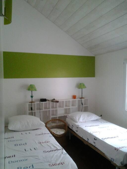 chambre enfant à l'étage donnant sur jardin. 2 lits de 70 pouvant être réunis pour faire un grand lit.