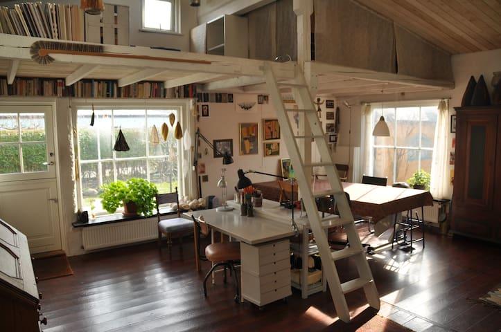 Lyst og luftigt hus i fredelig oase