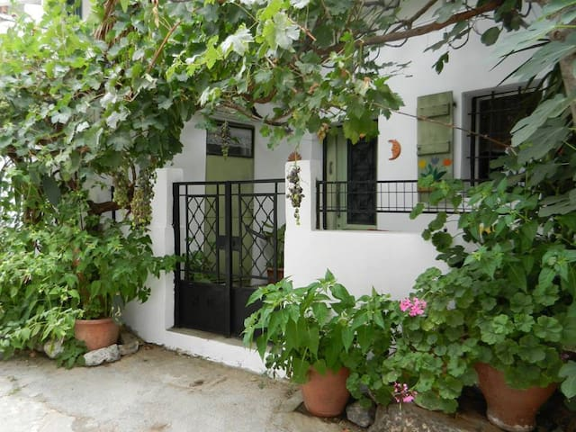 Charming Old Village House close to city and beach - Heraklion - Hus