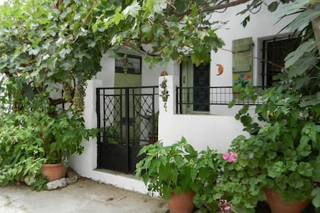 Charming Old Village House close to city and beach - Heraklion - Haus