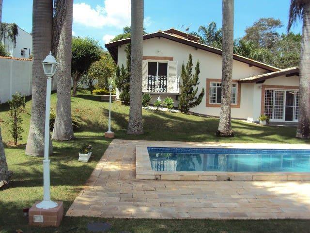 CASA DE CAMPO com piscina e muito verde!