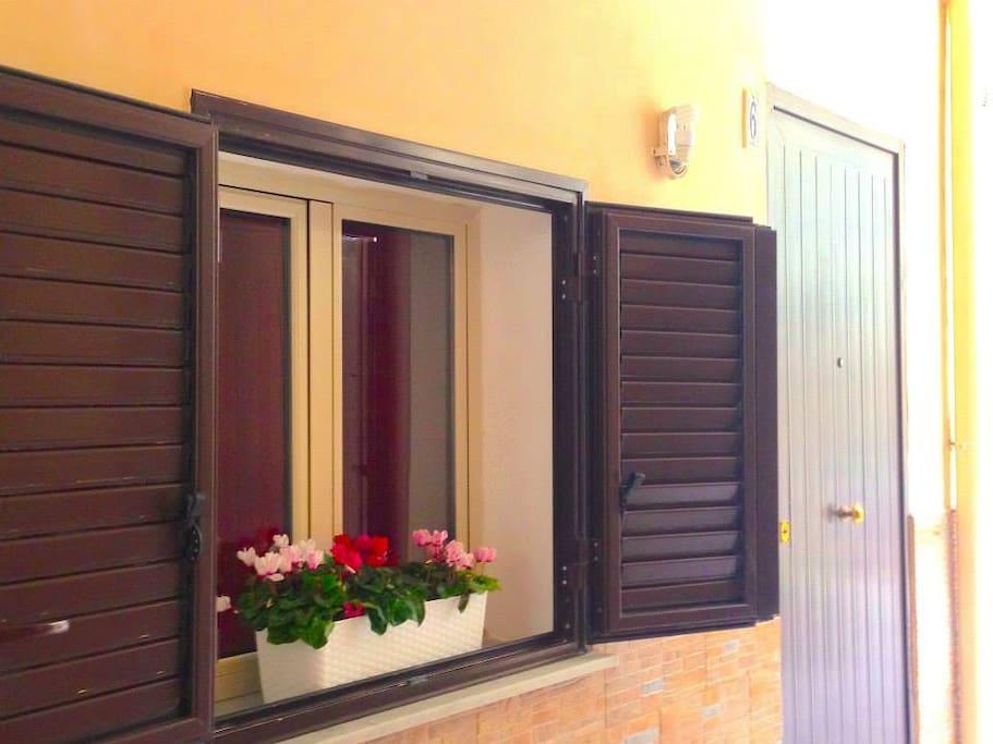 L'ingresso: casa ciclamino è caratterizzata dai colori e dai profumi del nome del fiore tipico della nostra terra