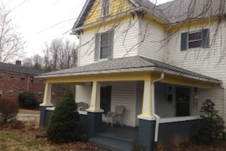 Snug and private bedroom and bath - North Wilkesboro