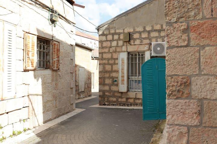 """The quiet apartment in """"Mahane Yehuda"""" Market"""