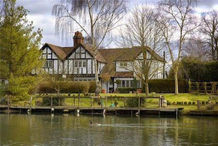 UNFURNISHED Riverside House with Mooring in Hurley
