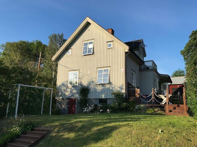 Fint hus med sjöutsikt - 5min från E4