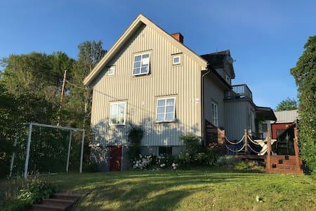 Fint hus intill sjö med vacker utsikt-5min till E4