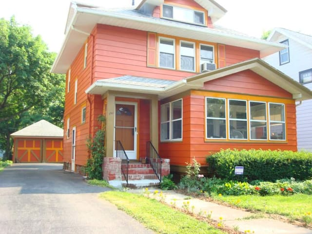 Near UR, RIT, MCC, Erie Canal, Downtown, Airport - Rochester - House
