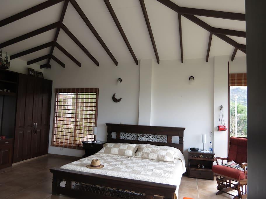 cuarto principal con aire aondicionado y baño privado