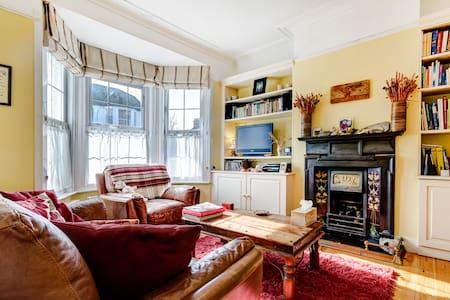 Snug En-suite Double Attic Bedroom - North Finchley
