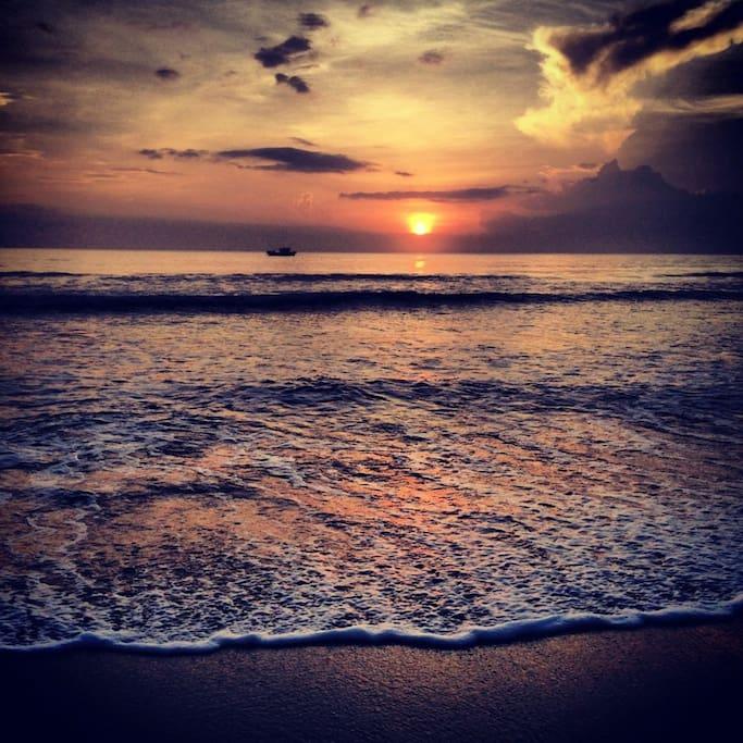 【無敵海景】 懶懶的傍晚,一起散步到海邊看夕陽吧。