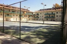 tenis court in side