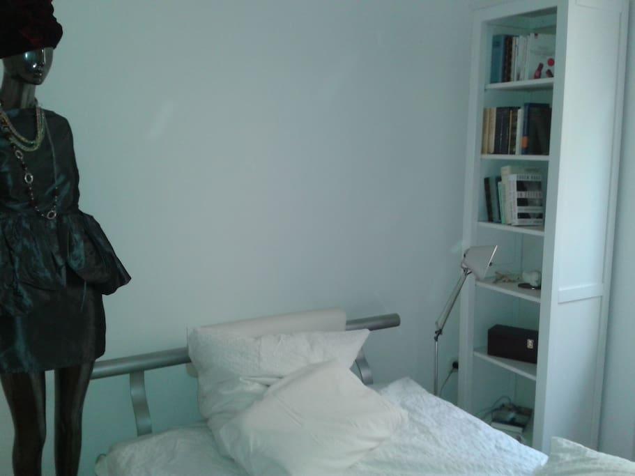 Das Bett ist 120 x 200 cm breit. Das Fenster führt in den Innenhof.
