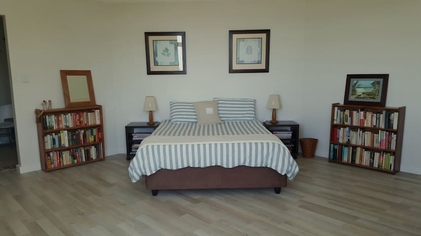 Beautiful room with ensuite. Separate entrance. - Cidade do Cabo - Casa