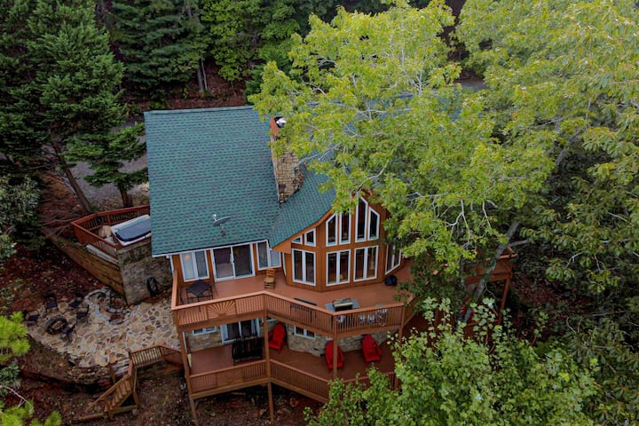 Southern Skies Lodge - Beautifully renovated multi-level lodge minutes away from everything!