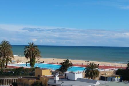 Disfruta el Mar Mediterráneo y Barcelona.
