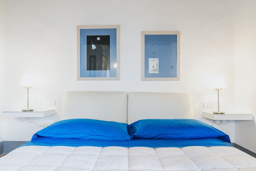 Blu room, Double bed with latex mattress