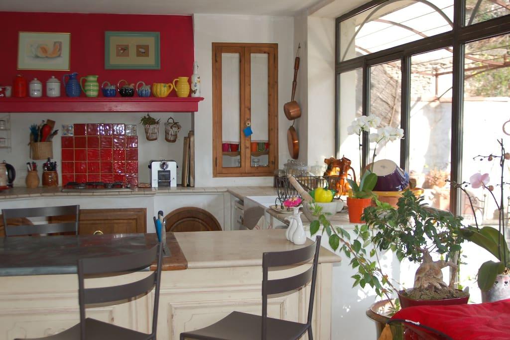 la cuisine avec sa baie vitrée