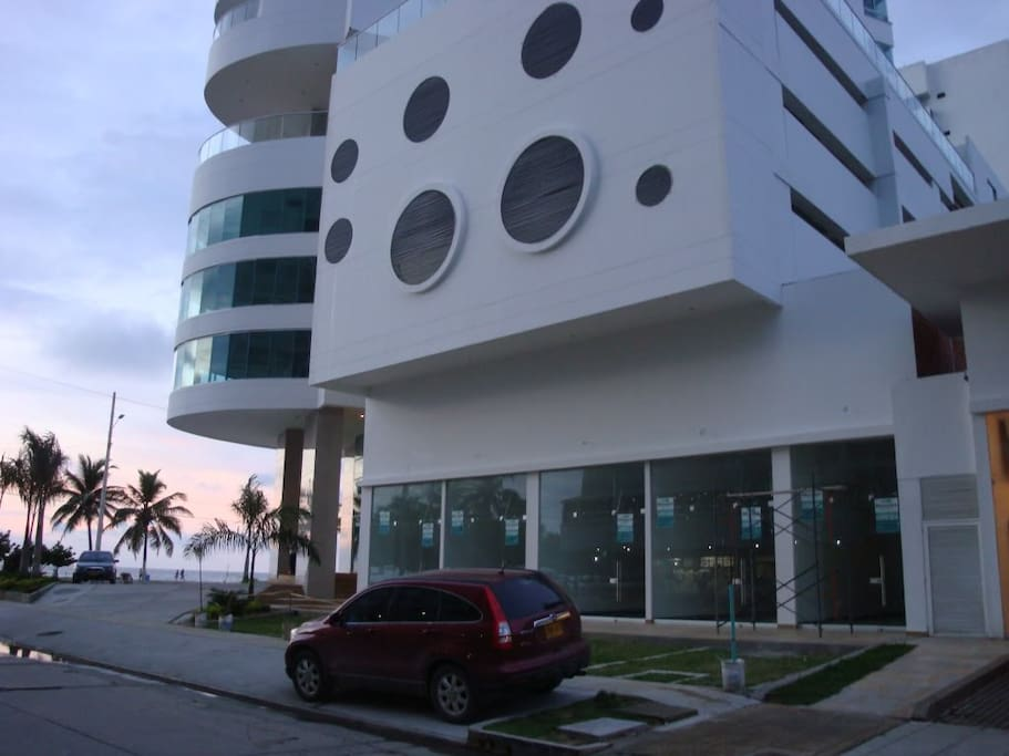 Building in front of the beach - Edificio frente a la playa