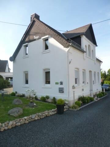 Doppelhaushälfte 80 qm voll möbliert 2 neue Bäder - Ebernhahn - Casa