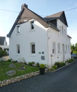 Doppelhaushälfte 100 qm voll möbliert 2 neue Bäder - Ebernhahn - House
