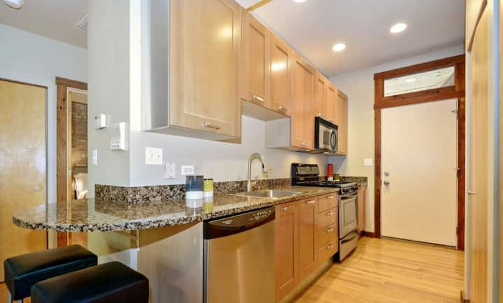 Gorgeous Condo in Rogers Park - close to Red Line!
