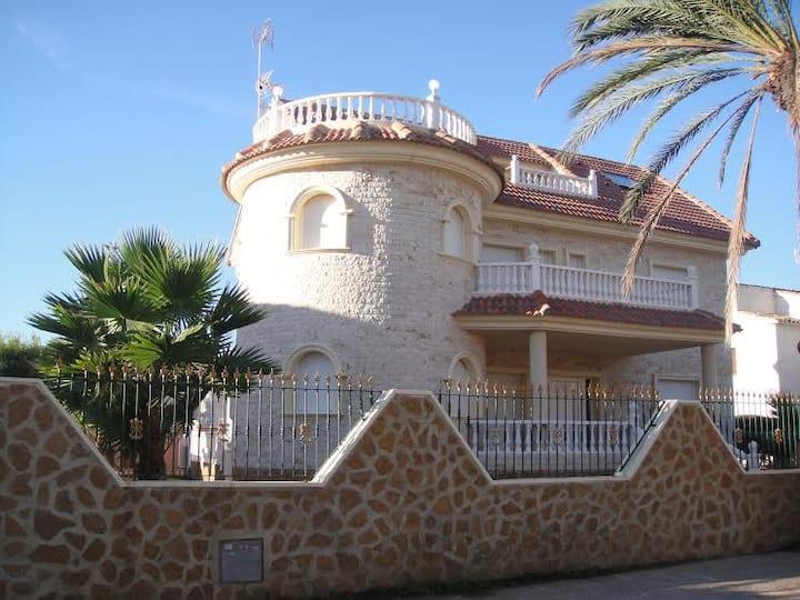 Luxury Villa-Con piscina privada en La zenia.
