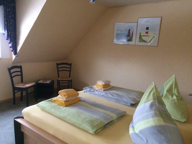 Hauptschlafzimmer / Bett 1,80 * 2,00 m Gemachte Betten bei Ankunft Handtuchpacket inklusive  Fliegengitter an den Fenstern