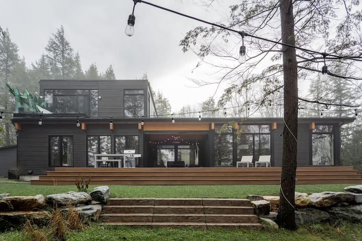 Modern lake house (fast wifi/hottub/Tesla charger)