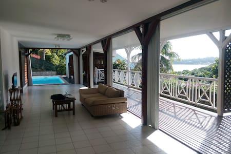 Villa de charme avec grande piscine et vue mer - Le Robert