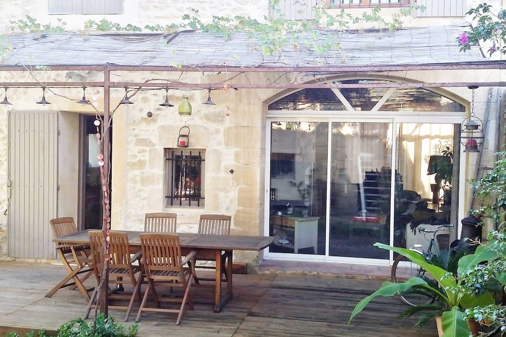 La terrasse qui donne sur la cuisine et le salon