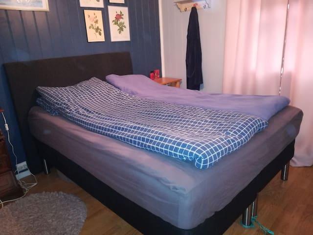 150 seng, kan deles til to enkeltsenger om ønskelig