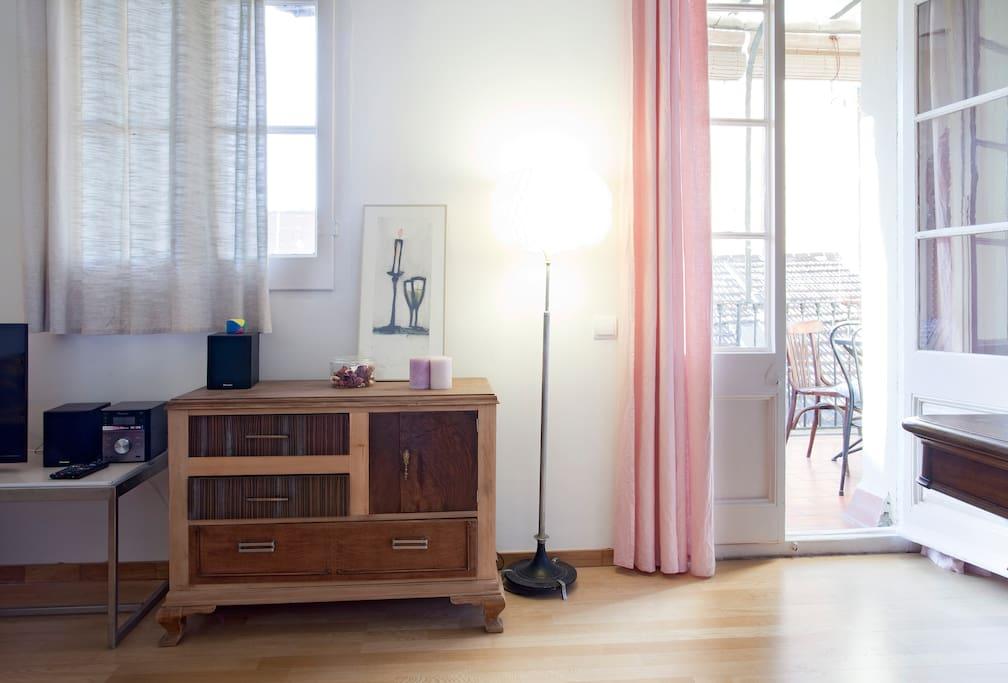 sch n zentral wohnung mit terrasse wohnungen zur miete in barcelona katalonien spanien. Black Bedroom Furniture Sets. Home Design Ideas