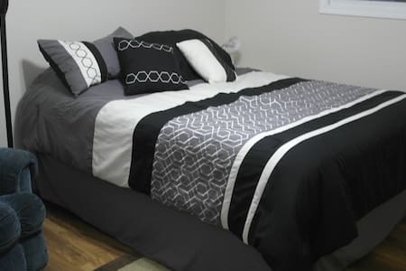 Convenient  Location, Private Room, Queen Bed