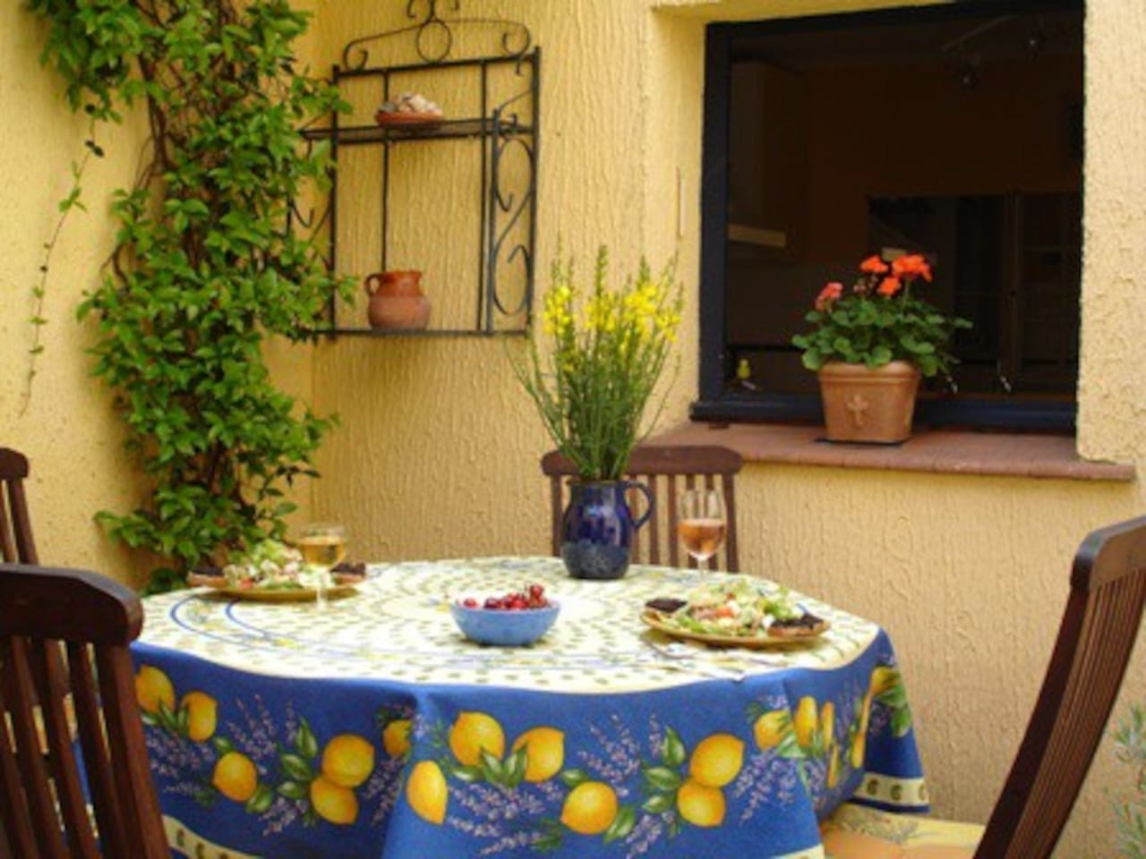 La Belle Cour's inviting courtyard - lunch is served!