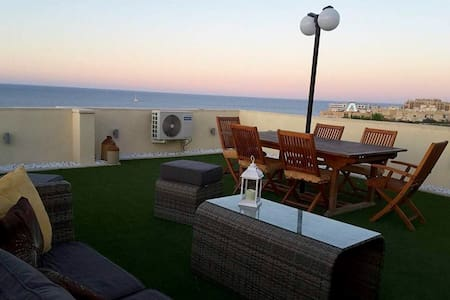 Spacious and Private Room - Seaview and Central!