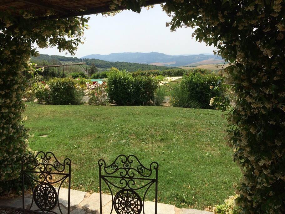 vista giardino e area piscina dalla zona pranzo esterna