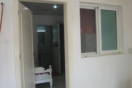 Small self-contained room in villa - Ντουμπάι