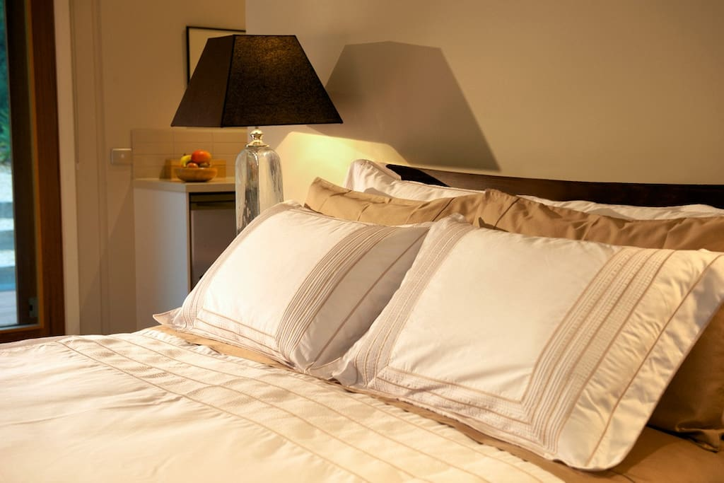 Cosy, comfortable queen bed with luxurious linen