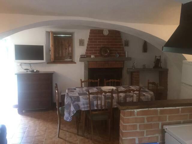 Cucina stile antico rustico molto spaziosa ideale per famiglie e ragazzi.