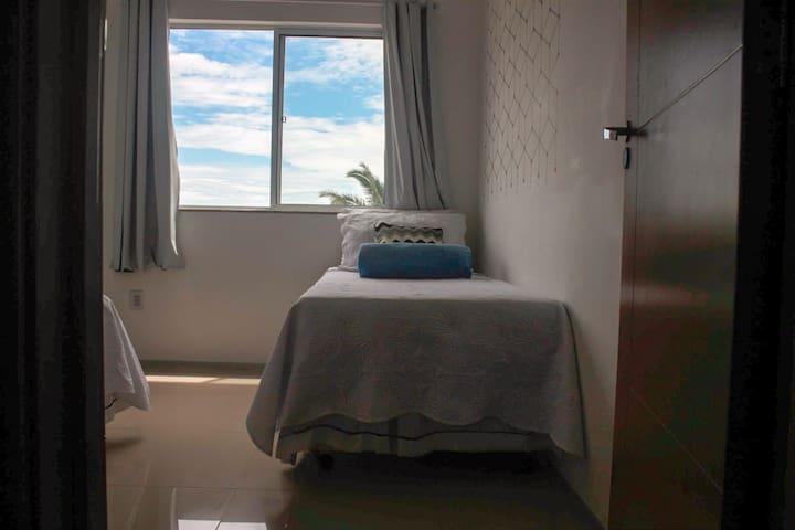 Segundo quarto com ar condicionado, duas camas de solteiro e uma cama auxiliar / Second bedroom with air conditioning, two single beds and an auxiliary bed