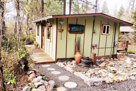 *Little Cabin on Big Creek * 5 min to Mt. Rainier!