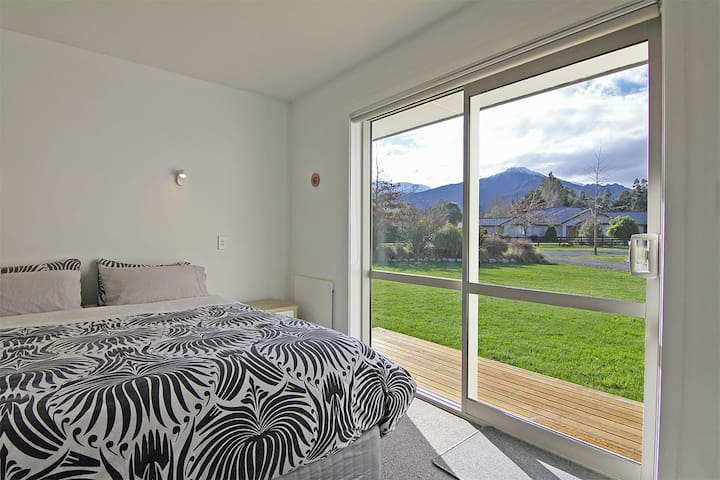 Sunny & spacious room with stunning mountain views