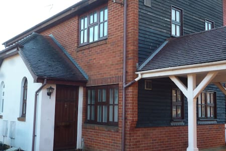 The town house - in the middle of town - Paddock Wood