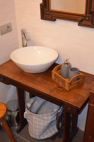 particolari bagno camera 2