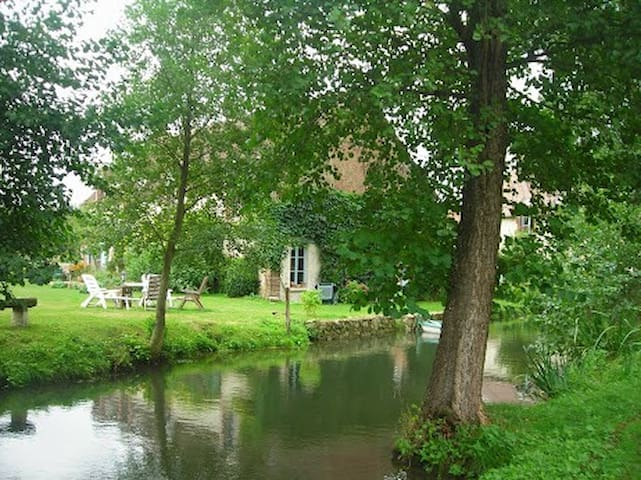 La rivière au bord de la maison