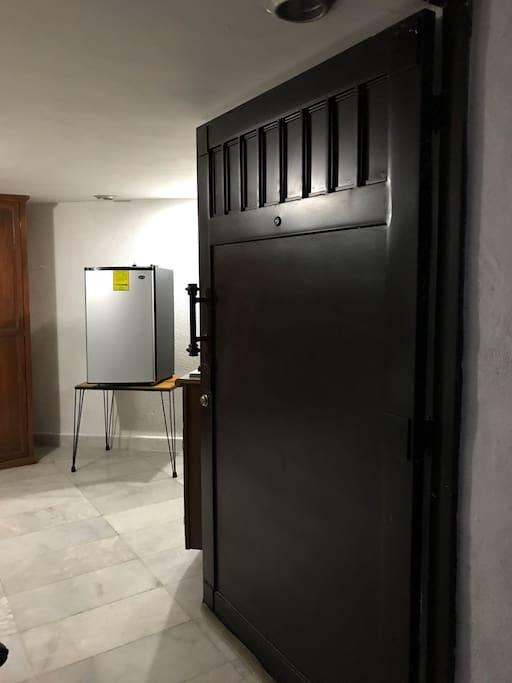 Puerta de entrada. Incluye minibar