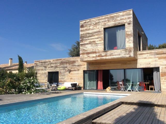 Maison contemporaine avec vue et piscine